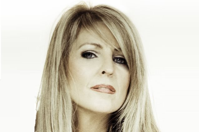 VIXEN: Janet Gardner ha fatto il video di 'Talk To Myself'