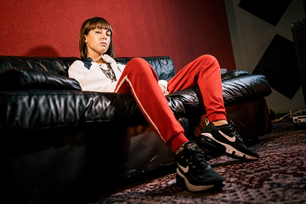 EB 'Dance With Me': esce oggi il singolo d'esordio della giovanissima cantautrice.  Il video su YouTube