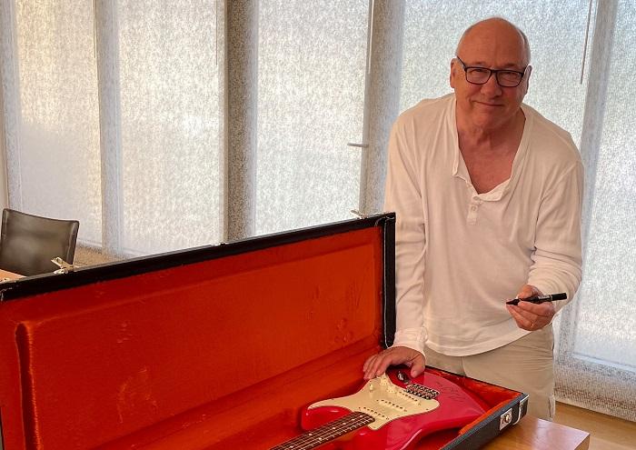 """DIRE STRAITS: Mark Knopfler dona la sua Fender per aiutare i """"senzatetto"""" di Londra"""